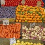 Una festività delle frutta e delle verdure da vendere Immagini Stock Libere da Diritti