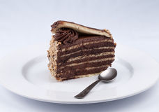 Una fetta del dolce di cioccolato con la guarnizione lucida dello sciroppo del cioccolato e la c Immagine Stock Libera da Diritti