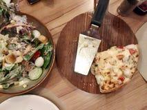 Una fetta di due pizze sul vassoio di legno Fotografia Stock Libera da Diritti