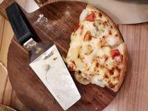 Una fetta di due pizze sul vassoio di legno Fotografie Stock