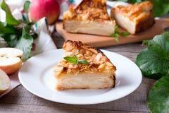Una fetta di torta di mele su un piatto su un fondo di legno Fotografie Stock Libere da Diritti