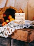 Una fetta di torta di mele di autunno, con cannella Immagini Stock Libere da Diritti