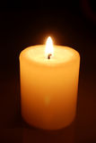 Una fiamma di candela al primo piano di notte Immagini Stock Libere da Diritti