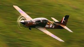 Una fiera ex-Royal Air Force realiza una exhibición de la alta energía sobre el campo de aviación fotografía de archivo