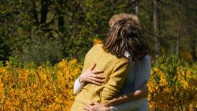 Una figlia adulta funziona su ed incontra una madre adulta anziana che la abbraccia e che la bacia Giorno del ` s della madre del archivi video