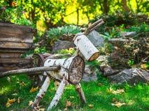 Una figura de la madera abre una sesión el jardín Imagen de archivo