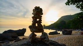 Una figura de piedras en la puesta del sol Fotos de archivo libres de regalías