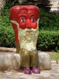 Una figura que representa el corazón bajo la forma de hombre mayor con una barba blanca hecha del material rojo brillante La figu fotos de archivo libres de regalías