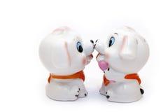 Una figurina ceramica di due cani, isolata su bianco Immagini Stock