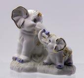 Una figurina dell'elefante due su bianco Immagine Stock