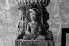 Una figurina di Buddha Buddha Shakyamuni Decorazione del tempio antico a Kathmandu Tre fronti di grande genio Immagini Stock Libere da Diritti