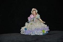 Una figurina di una ragazza da porcellana smaltata fotografia stock libera da diritti