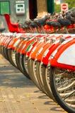 Una fila de bicicletas Imágenes de archivo libres de regalías