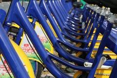 Una fila de bicicletas compartidas foto de archivo