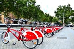 Una fila de bicicletas en Barcelona, España Foto de archivo libre de regalías