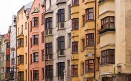 Una fila de casas brillantemente coloreadas Imagen de archivo