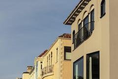 Una fila de casas exclusivas con el tejado y el detalle de la cornisa Fotografía de archivo