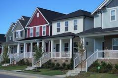 Una fila de casas multicoloras en Carolina del Norte foto de archivo