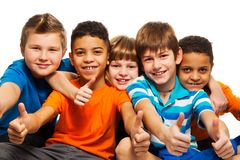 Una fila de cinco niños felices Foto de archivo libre de regalías