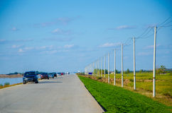 Una fila de coches en el camino Fotografía de archivo libre de regalías