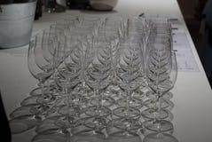 Una fila de copas de vino imagen de archivo