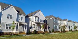 Una fila de hogares suburbanos imagen de archivo libre de regalías