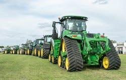 Una fila de John Deere Tractors en la demostración imagenes de archivo