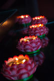 Una fila de la lámpara ardiente del loto, ruega para la paz y la felicidad, Imagen de archivo libre de regalías