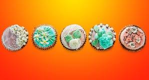 Una fila de la opinión colorida de las magdalenas del top Imagen de archivo libre de regalías