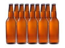 Una fila de las botellas de cerveza Imagen de archivo