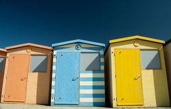 Una fila de las chozas coloridas de la playa Fotografía de archivo libre de regalías