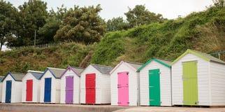 Una fila de las chozas coloridas de la playa Imagenes de archivo