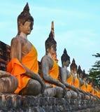 Una fila de las estatuas antiguas de Buda delante de la pagoda de la ruina Fotografía de archivo libre de regalías