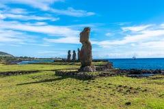 Una fila de las estatuas de Moai fotografía de archivo