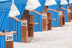 Una fila de las sillas de playa Fotos de archivo libres de regalías