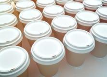 Una fila de las tazas de café de papel. Imagen de archivo libre de regalías