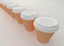 Una fila de las tazas de café de papel. Imágenes de archivo libres de regalías