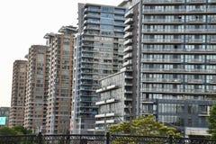 Una fila de las torres altas de la propiedad horizontal llenas firmemente juntas fotografía de archivo libre de regalías
