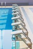 Una fila de los bloques el comenzar de la piscina en el borde de la piscina Vertica Fotos de archivo libres de regalías