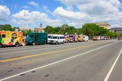 Una fila de los camiones de la comida foto de archivo