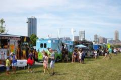 Una fila de los camiones de la comida en el parque para el Día de la Independencia imagenes de archivo