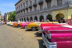 Una fila de los coches retros del cabriolé colorido en La Habana central Imagen de archivo