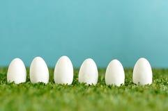 Una fila de los huevos de Pascua blancos Foto de archivo libre de regalías