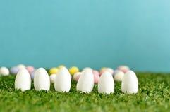 Una fila de los huevos de Pascua blancos Foto de archivo