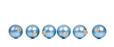 Una fila de los ornamentos/de las chucherías azules de la Navidad Imagen de archivo libre de regalías