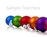 Una fila de los ornamentos/de las chucherías de la Navidad en blanco imagen de archivo