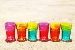 Una fila de los vidrios del arco iris en la tierra Fotografía de archivo