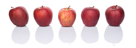 Una fila de manzanas rojas I Imagenes de archivo