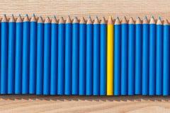 Una fila de se corrige con un amarillo en el centro Fotos de archivo