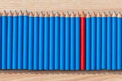 Una fila de se corrige con un rojo en el centro Fotos de archivo